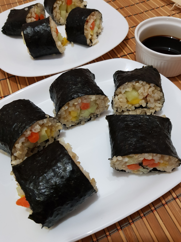 Sushi vegan cu morcovi, mango și castraveți